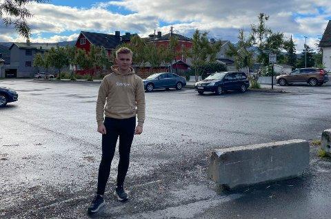 FÅ BILER: Elevrådsleder Jonathan Bogstrand (18) foran parkeringsplassen svært få elever benytter seg av på grunn av prisen.