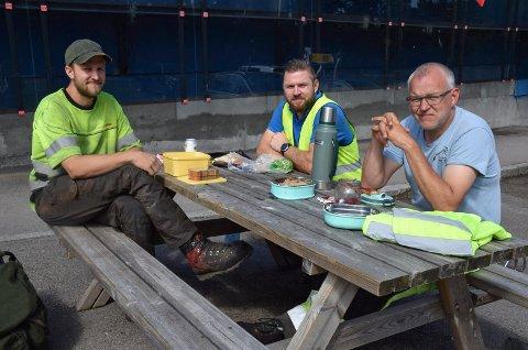 PAUSE I TREFELLINGA: Tømmerhogger og arborist Kjetil Kvilstad og Kim Eliassen, samt maskinfører Roy Ove Larsen synes de har verdens beste jobb.
