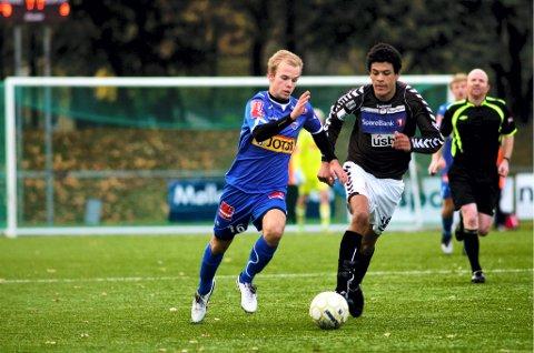 SANDEFJORD: Eirik Broms for SF med en ung Benjamin Zalo på slep i en kamp mot Ørn i 2013.