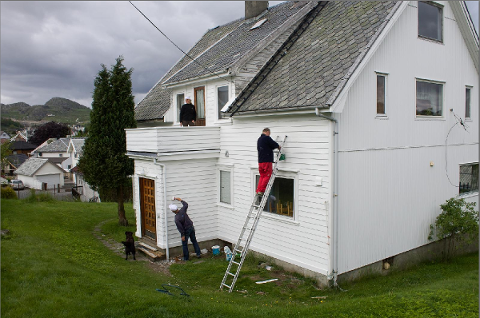 Magnar og Mary-Ann Espedal maler et hus i Edlandsgeilane sammen med Toralf Hetland i slutten av juni.