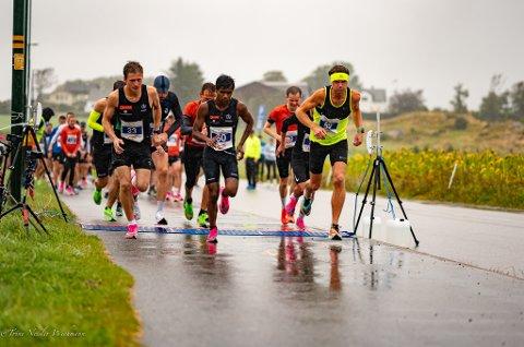 Ålgårdbu Kim Andre Haugstad med gult pannebånd helt til høyre i bildet, bestemte seg for å bli god til å løpe sommeren 2019. Søndag 7. september ble han nummer to i 5-kilometersløpet Solnedgangen på Sola.