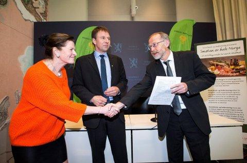 Bondelagets leder, Lars Petter Bartnes, og leder for Norsk Bonde- og Småbrukarlag, Merete Furuberg, overrakte årets krav til Leif Forsell (t.h.), som er statens forhandlingsleder. (Foto: Gorm Kallestad, NTB scanpix/ANB)