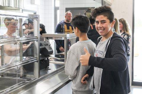 TOMMEL OPP: Mohammad Molhem på åttende trinn er veldig fornøyd med at skolen har fått kantine, og han var blant de første som kjøpte lunsj.bilder: kari Gjerstadberget