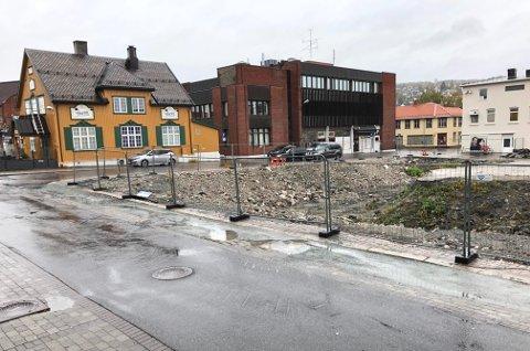 BYGGESTART: Snart blir det byggestart på tomta, og etter sommerferien 2021 skal leilighetene i sentrum være innflyttingsklare.