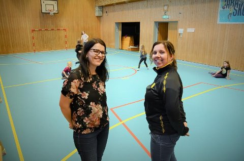 SAMARBEID: Det nye gulvet i gymsalen ved Jara skole ble til etter et samarbeid mellom FAU og Hof IL. Her leder i FAU, Mirjam Bekkesletten Andersen og Linda B. Haugen i Hof IL.