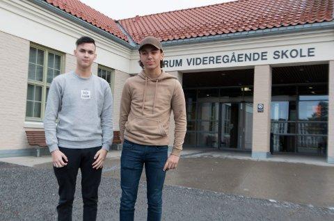 VALGTE YRKESFAG: Oliver Holth Lystad (til høyre) og Sebastian Holmstrøm går VG1 elektro ved Sentrum videregående skole i Kongsvinger, og for dem var yrkesfag et helt naturlig førstevalg.  - Slett ikke overraskende at en stadig større andel unge velger yrkesfag, mener de.