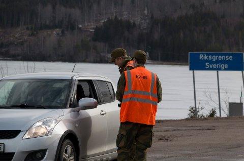 STOPPET: HV-soldatene Kristian Hagen og Erik Bakken stanset alle som kom over grensa onsdag formiddag.