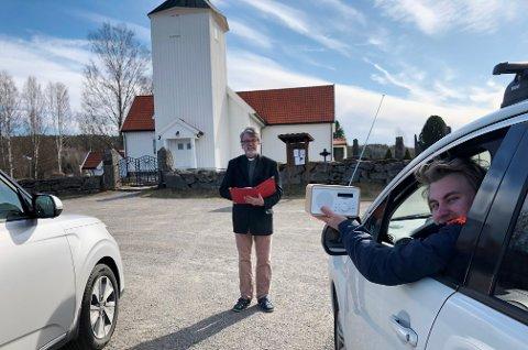 DRIVE-IN: Søndag kan du reise på drive-in-gudstjeneste på Oppstad og høre prest Anders Helset Eriksen. Aasmund Nordgaard hadde idéen.
