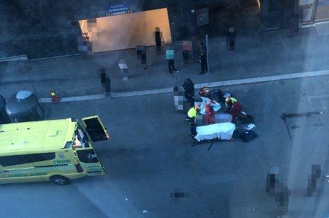 DRAMATISK: Den påkjørte mannen får behandling av ambulansepersonell før han blir fraktet til Ahus. FOTO: RB-TIPSER