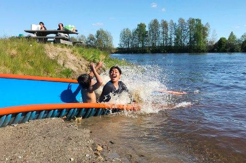 TØFFINGER: Sarim og Zoha Butt benyttet muligheten til å starte badesesongen i finværet i pinsen.