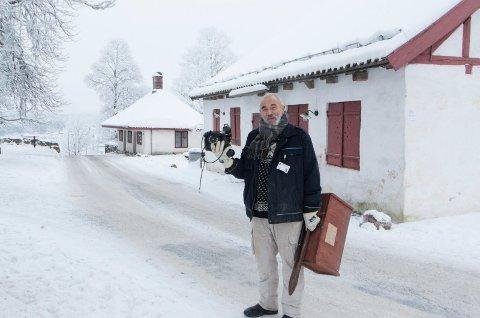 FORNØYD: Ildsjelen bak fengselsmuseet, Svein Arne Tvedt (75), i ferd med å flytte noen av museumsgjenstandene over til laboratoriebygget ved Kongsvinger festning. Nå er det klart at det unike museet blir værende i Kongsvinger, og åpner igjen i mai.