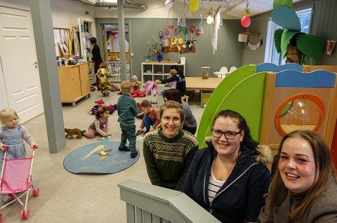 FORNØYDE MØDRE: Fra venstre Line Gulli Lauten, Stine Bakkan Eidem og Malin Kjellgren Sundet er tre småbarnsmødre som skryter veldig av Solør Montessori-barnehage.