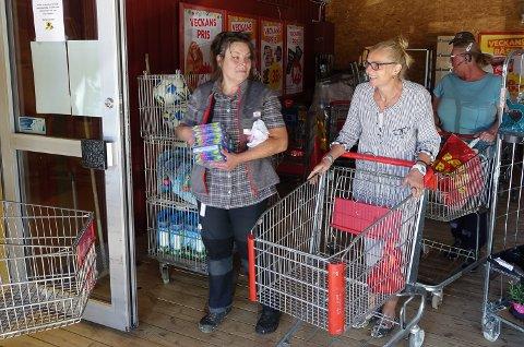 VENTER OG HÅPER: Daglig leder Ellinor Syversen beroliger norske kunder med at det ikke er aktuelt å legge ned grensebutikken.