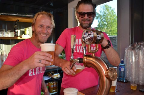 TRYSIL-SOMMER: Daglig leder Ingvar Olsen (til venstre) og brygger Jo Inge Hemstad ved Trysil Bryggeri har satset på Sammar Summer Lager som årets sommerøl.