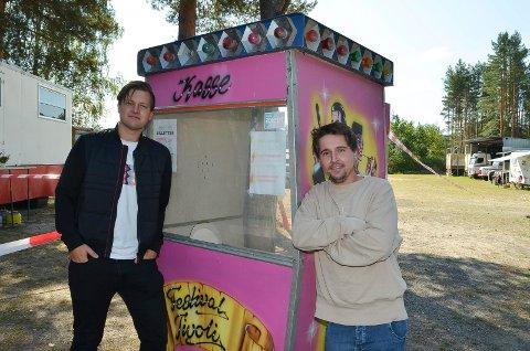 TIVOLIKJØP: Oliver Bråten (til venstre) og Stian Østlie fra Våler gjorde et skikkelig tivolikjøp, nemlig billettbua!