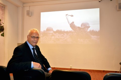 Krigshistorisk senter: Leder Ole E. Storlien under åpningen av krigshistorisk senter i Garveriet i Moelv.
