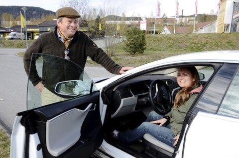 Klare for råning: Eivind Falk, leder i Mjøsa og omegn elbilforening, sammen med elbilentusiast Solveig Juløy Johansen i Lillehammer. Alle foto: Karen Bleken