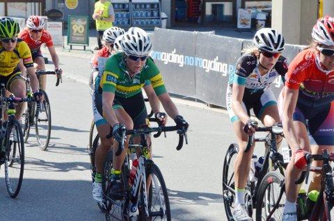 Mari Trønnes i grønt med gul stripe over brystet.  NM på sykkel 2015, kvinner