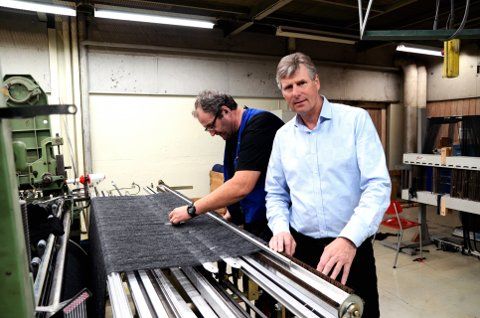 Administrerende direktør i Gudbrandsdal Uldvarefabrik AS, Jan Skrefsrud, her med Per-Ivar Halvorsrud.