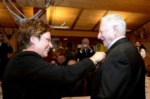 Pål P. Haugen (78)  vart tildelt Kongens fortenestmedalje av assisterande fylkesmann Eli Blakstad på ei tisltelling i skyttarhuset.