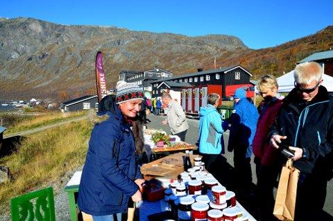 Solveig Nymoen (tv) med Den lille Tytingfabrikken var en av dem som deltok på markedet. (Foto: Solrun S. Snilsberg)