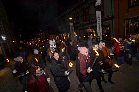 STORT OPPMØTE: Over 100 mennesker tok til gatene i Lillehammer med fakler for å protestere mot pelsdyroppdrett lørdag kveld.