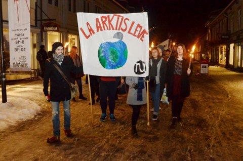 FOR KLIMA, MOT OLJEBORING: Fra onsdagens fakkeltog fra Sigrid Undsets plass til Lilletorget og tilbake.