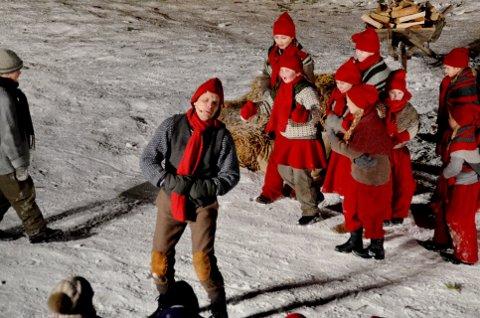NISSEFAMILIEN: Nissen og barna setter farge på stykket Ei pølse i julestria som spilles på i Kusvea på Rudshøgda.