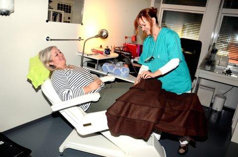 Kroppsskanning og pledd: Therese Furulund føler seg trygt og godt ivaretatt på klinikken nord i Storgata. Begge foto: Karen Bleken