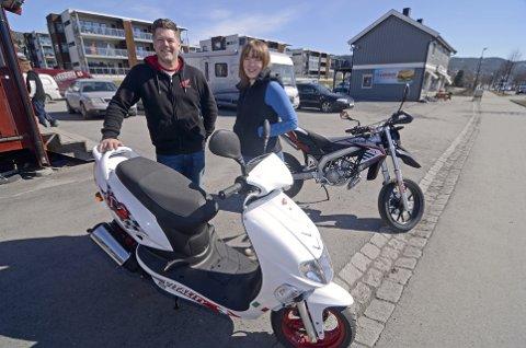 BILLIG OG BRA: Nils Erik Almestrand ved MC Lillehammer viser fram en Kymco Vitality til Ninni Cathrine Rønningen, som sjekker utvalget av scootere til hun får tatt mopedlappen i løpet av våren. Alle foto: Rune René Kristiansen