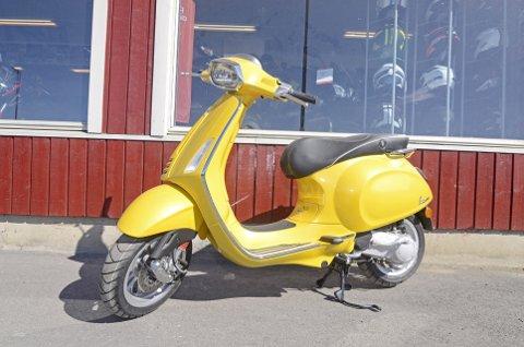 KLASSIKER: Stilikonet Vespa er et kjøretøy som folk snur seg etter på veien. Spesielt når den kommer i sennepsgul utgave.