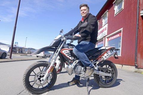 MER POPULÆR HOS GUTTA: Før i tida skulle en moped se slik ut. Fortsatt kjøper en del ungdom mopeder som denne Aprilia SX50.