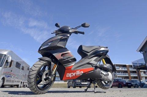 SPORTSLIG SCOOTER: Også gutta kjører scooter nå for tida. Aprilia SR50R er en mer sportslig modell.