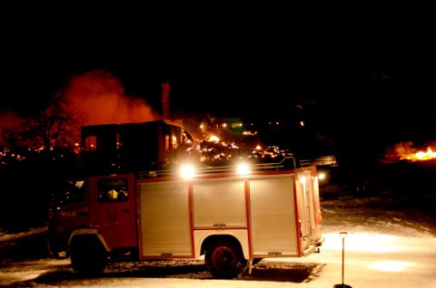 Natt til tirsdag brant to hus, en brakkerigg og en bil ved høgfjellshotellet Rondablikk.