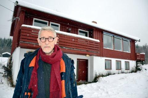 - Mors hus var tømt for verdisaker da vergmålet var over, sa Per Jarle Dyrud i retten. Her foran Gerd Thordis Dyruds hus i Granlia i Gausdal.