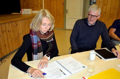 Rådmann Ådne Bakke og økonomisjef Anne Hjelmstadstuen Jorde i Øyer må finne mer penger til å bygge brannstasjon.