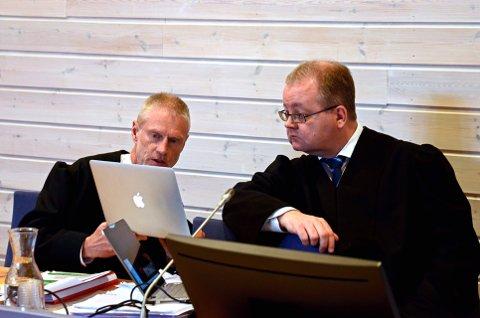 VOLD OG TRUSLER MOT STESØNN: Bistandsadvokat Tore Müller Famestad og aktor Henning Klauseie konfererer i Sør-Østerdal tingrett tirsdag.Begge foto: Rune René Kristiansen
