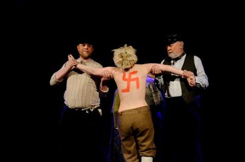 STRAFFES: Prostituerte Dora får gjennomgå etter krigen. Da er bermen på jakt. Fra stykket «Tyskertøs».