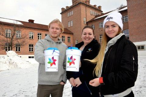Ut med bøsser: Gudbrand Stenersen og Live Nyheim (tv.) er russ. Marte Bergseth samordner innsatsen. Foto: K. Bleken