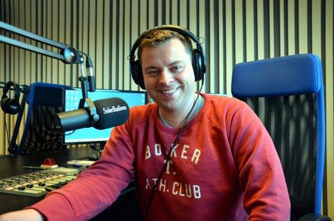 RADIOREDAKTØR: Bjørn-Martin Brandett, daglig leder for Hedmarksradioene AS, ser ikke bort fra at han starter opp radio i Gudbrandsdalen. – I fjor leverte vi et lite underskudd. Årsaken var at det gikk langt mer bingopremier, og at vi gjorde en del tekniske innkjøp. Starten på 2017 ser imidlertid meget bra ut, sier han.     Foto: Privat