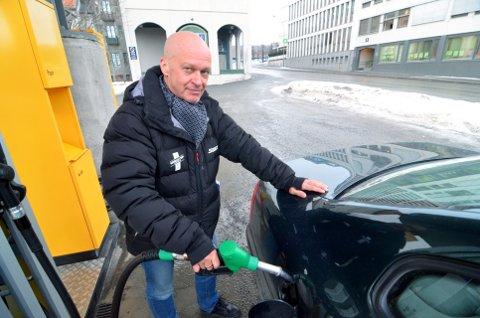 VIL LØSE DRIVSTOFFKRISA: Sivilingeniør Ivar Skårset i Lillehammer, og selskapet ENEnergy Ltd. mener å ha funnet løsningen på hvordan dagens fossilbaserte drivstoffproduksjon kan erstattes fullt og helt av fornybart og miljøvennlig drivstoff. Da kan det komme plantebasert bensin og diesel i stedet for blyfri 95 oktan og oljediesel i pumpene. Foto: Per Ivar Henriksbø