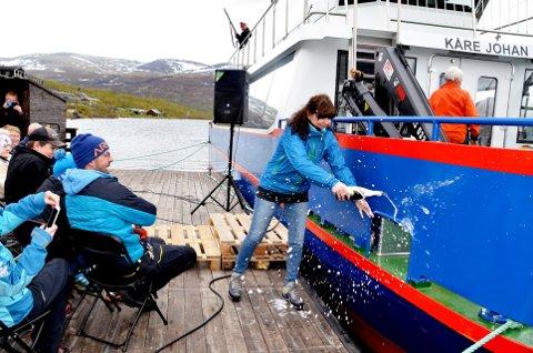 Dåp: Elisabet Øvstedal foretok dåpen av båten Kåre Johan. Båe foto: Solrun S. Snilsberg