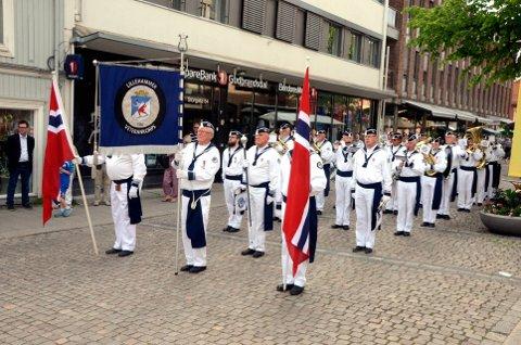 I KNIPE: Lillehammer Veterankorps har ikke folk til å traktere skarptrommene.  Nå håper de folk vil melde seg til dyst 17.mai.