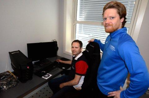 Kim Kristiansen (t.h.) har ansvaret for e-sport-faget til ved Gausdal VGS, som nå er arrangører for en nasjonal skoleturnering i Counter-Strike. Til venstre er avdelingsleder for idrettsfag Jo Hjermstad.