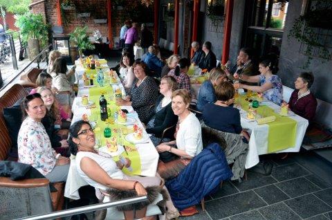 Bursdagsselskap: Ansatte og gjester feiret Marihønas 30 år med taler, underholdning, mat og sang. Foto: K. Bleken