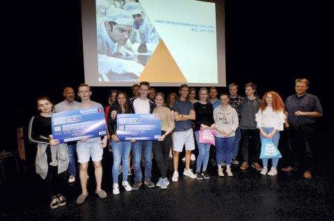 Innovativ ungdom: Om lag 100 elevar ved Vinstra vidaregåande skule deltok på Innovasjonscamp. Her er finalistar og jury samla.     Foto: Helene Hovden