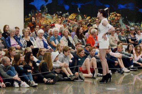 Publikum fikk også muligheten til å se draktene i ro og mak.