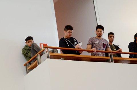 Gutta på balkongen.