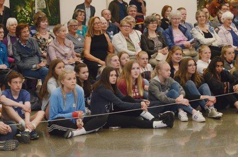 Både kunstpausens faste gjester og inviterte skolelever overvar moteoppvisningen.