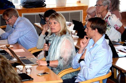 VARSLER OPPVASK: Hilde Jorunn Hoven fra Sp varsler oppvask om barnehagedekningen i Lillehammer i det kommende kommunestyremøte 14. desember. Her sammen med Gunnar Kaus fra Sp.